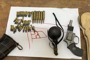 Bắt kẻ 'gầy trơ xương' rút chốt lựu đạn định ném vào cảnh sát