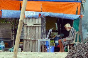 Ông Tây trong căn chòi rách và ngư dân nghèo Mũi Né