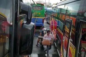 Xe khách chở hàng trên khoang hành khách, nguy cơ cháy nổ, mất an toàn