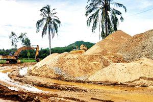 Xã và thôn tự ý quản lý mỏ cát để thu phí
