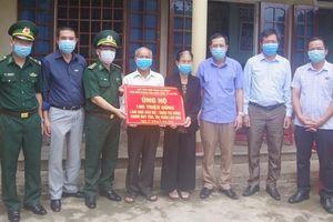 Trao tiền hỗ trợ xây nhà tình nghĩa cho Mẹ Trần Thị Xưng