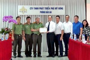 Phú Mỹ Hưng nhận giấy khen của Công an Quận 7, TP.HCM