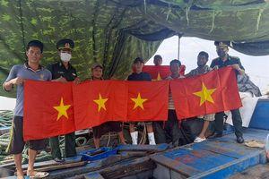 Tặng cờ Tổ quốc cho 200 tàu cá đánh bắt xa bờ nhân dịp Quốc khánh 2-9