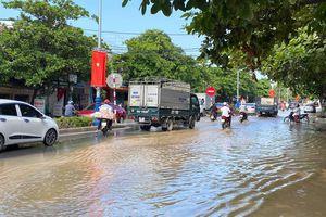 Đường ống nước sạch vỡ, quốc lộ và nhà dân ở Nghệ An ngập trong nước