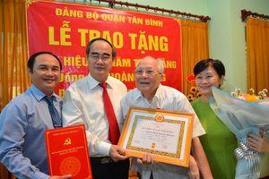 Bí thư Thành ủy TPHCM trao Huy hiệu 75 năm tuổi Đảng cho đảng viên cao tuổi Đảng