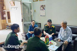 Bộ CHQS tỉnh thăm, tặng quà cán bộ lão thành cách mạng