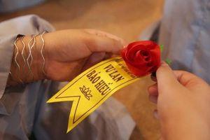Nghi thức bông hồng cài áo trong lễ Vu lan bắt nguồn từ đâu, khi nào?