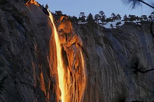 Độc đáo hiện tượng 'thác lửa' cực hiếm gặp ở Mỹ