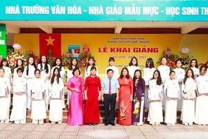Quận Thanh Xuân: Tặng gần 1.600 cặp sách cho nữ sinh lớp 9