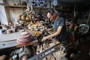 Chuyện về 'nghệ nhân thầm lặng' của 'phố mộc' Tố Tịch và nỗi lo mai một nghề xưa phố cũ