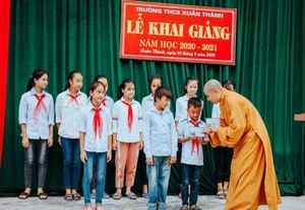 Nghệ An : Các chùa tặng quà học sinh đầu năm học mới