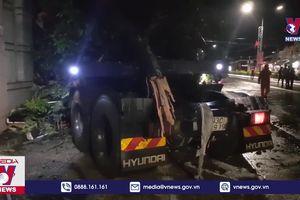 Xe container đâm vào 4 nhà dân ở Bình Phước