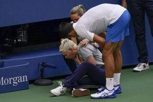 Novak Djokovic bị xử thua vì đánh bóng trúng cổ nữ trọng tài