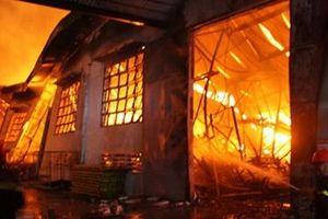'Bà hỏa' đốt cháy kho hàng 6.000 m2 của Phú Tài