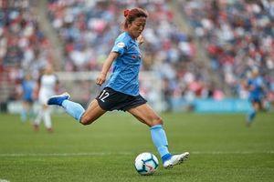 Nữ cầu thủ Nhật Bản được gia nhập CLB bóng đá nam