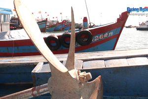 Lai dắt tàu cá Bình Định bị nạn ở Trường Sa về đảo Lý Sơn an toàn