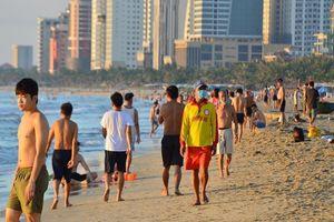 Người dân Đà Nẵng vui mừng được đi tắm biển