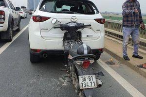 TNGT trên cầu Nhật Tân: Tài xế ôtô nghi say rượu, ngủ trên xe đỗ giữa đường