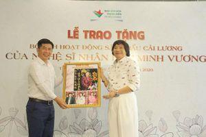 NSND Minh Vương trao tặng bộ sưu tập hình ảnh hoạt động cải lương