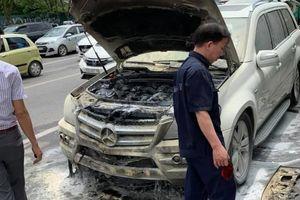 Xe sang Mercedes-Benz GL 350 bốc cháy trên phố Hà Nội