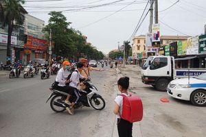 Học sinh tự điều khiển xe máy tới trường: Hậu quả khó lường!