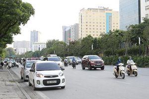 Đề xuất cấm ô tô dừng quá 5 phút: Không dễ thực hiện
