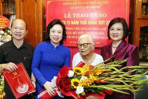 Phó Bí thư Thường trực Thành ủy Ngô Thị Thanh Hằng trao Huy hiệu 75 năm tuổi Đảng cho đảng viên lão thành