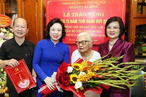 Trao tặng Huy hiệu Đảng cho đảng viên lão thành Hoàng Thị Lam