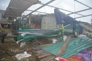 Lực lượng vũ trang Hà Tĩnh giúp nhân dân khắc phục hậu quả do lốc xoáy