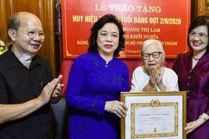 Trao Huy hiệu 75 năm tuổi Đảng cho đảng viên lão thành, cán bộ tiền khởi nghĩa Hoàng Thị Lam