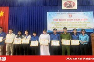 Phú Tân trao giải Cuộc thi 'Hành trình theo chân Bác' và 'Theo dòng lịch sử'