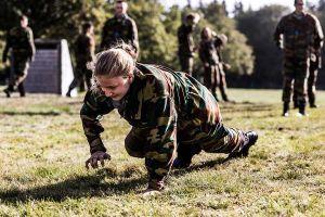 Ngắm Công chúa Bỉ xinh đẹp hăng say tập quân sự
