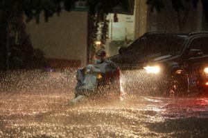 TP Vinh, Nghệ An: Đường ngập như sông, sóng nước đánh vào tận nhà dân