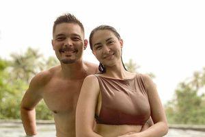 'Mỹ nhân đẹp nhất Philippines' tình tứ bên chồng ở bể bơi nhưng vòng 1 'khủng' mới là tâm điểm