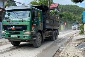 Quảng Ninh: Nhiều hộ dân bức xúc chặn xe chở đá gây bụi bặm