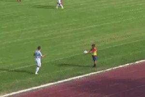 Cầu thủ bị cậu bé nhặt bóng cho ăn 'cú lừa' giống hệt Ronaldo