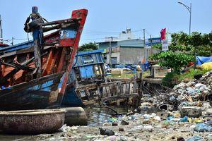 Nhếch nhác 'nghĩa địa' tàu cá tiền tỉ ở cảng Sa Huỳnh