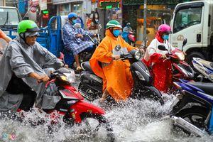 Người dân ngã nhào trong mưa ở Thủ Đức