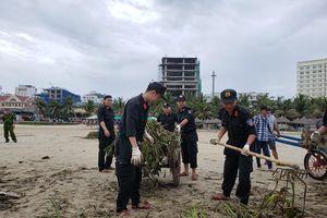 Ra quân làm sạch bãi biển sau bão