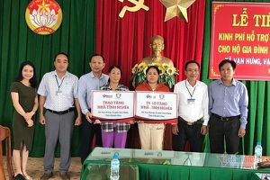 VietNamNet trao kinh phí xây nhà tình nghĩa trước mùa bão