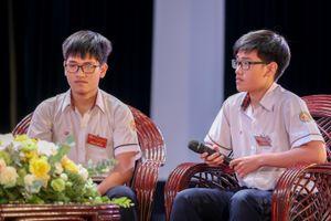 Cặp song sinh cùng đoạt giải nhất Vật lý quốc gia quyết 'tách' nhau ở đại học