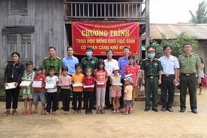 VKSND tỉnh Đắk Nông và khối thi đua số 9 tặng học bổng học sinh có hoàn cảnh khó khăn