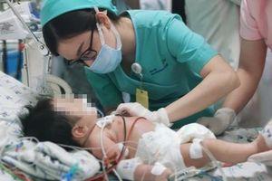 Bé 2 tháng tuổi nguy kịch phải thở máy vì ngộ độc thực phẩm