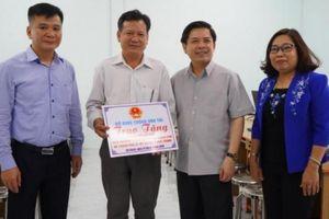 Bộ trưởng Nguyễn Văn Thể tặng máy tính cho trường học ở Sóc Trăng