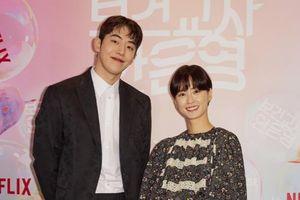 Hơn kém 11 tuổi, Nam Joo Hyuk - Jung Yoo Mi vẫn đẹp đôi tại họp báo 'School Nurse Ahn Eun Young'