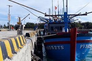 Hải quân đảo Sinh Tồn kịp thời cứu tàu cá của ngư dân