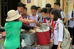 Thực phẩm bán rong tràn lan ngoài cổng trường, ai quản lý chất lượng?