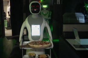 Thưởng thức pizza được phục vụ bởi robot tái chế tại Anh