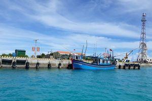 Tàu cá Phú Yên gặp sự cố tại đảo Sinh Tồn tiếp tục vươn khơi bám biển