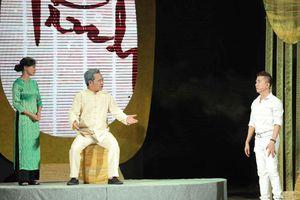 ''Dưới ánh đèn'': Nỗi niềm người nghệ sĩ nặng lòng với sân khấu